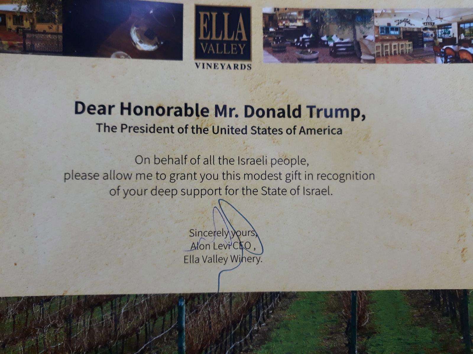 """הקדשה אישית ממנכ""""ל היקב לנשיא ארה""""ב דונלד טראמפ."""