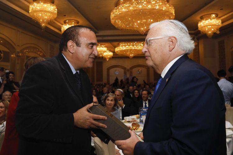 """מנכ""""ל היקב אלון לוי עם שגרירות ארצות הברית דיוד פרידמן"""